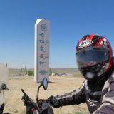 Matkalla moottoripyörällä Kanas järvelle. Kiinassa radiopuhelimen käyttöön pitää olla lupa. Matkatoimisto voi sen järjestää. Tosin ei kaikki poliisit sitä lakia tiedä, joten selvisimme selittämällä, että se on moottoripyörän ja matkaoppaan välistä ko