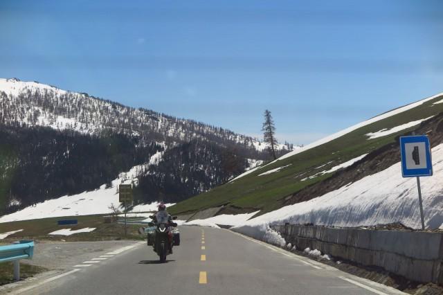 Kanas järvelle mennään Kiinassa lumihuippuisten vuorten yli. Tiet hyvässä kunnossa kuten kuvasta näkyy.
