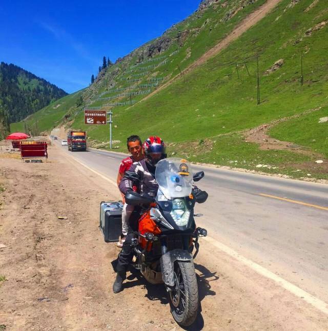 Paikallinen hunajakauppias hyppäsi moottoripyörän kyytiin ja ajelutin vähän. Kiina, Narat - Ili -tie G218