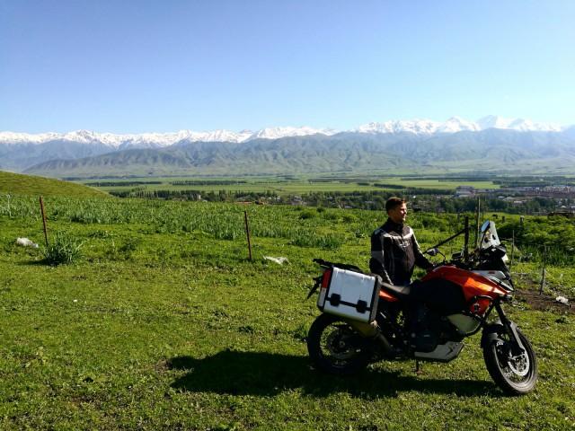 Narat (Nalati) , Kiina. Kiipesimme vuorelle serpentiiniä pitkin ja ajelimme vähän ylängöllä.