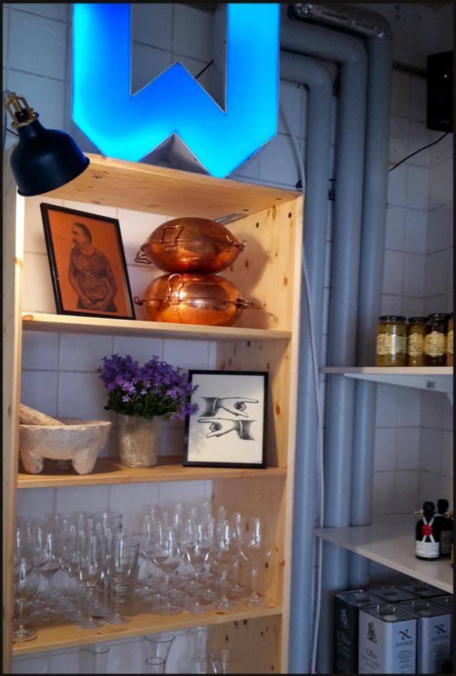 Chef's table / baaritiski -tyylisellä korkealla istuttavalla pöydällä kelpaa tutkia Workshopin sisustaa sekä keittiön toimintaa.