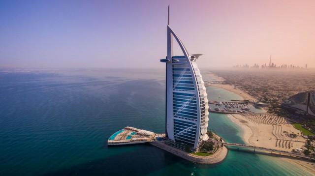 Burj Al Arab -hotelli kelluvine terasseineen.