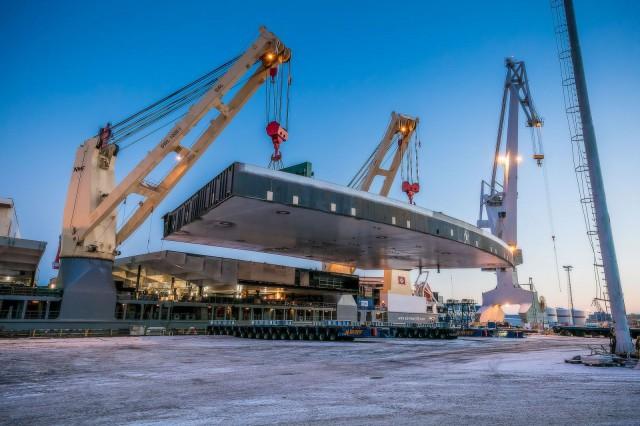 Terassi rakennettiin kokonaan Suomessa ja kuljetettiin meriteitse osissa Dubaihin.