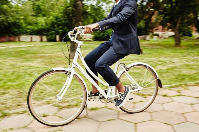 Turussa pyöräillään puku päällä.