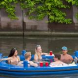 Paljuveneeseen saa ottaa omat juomat mukaan.
