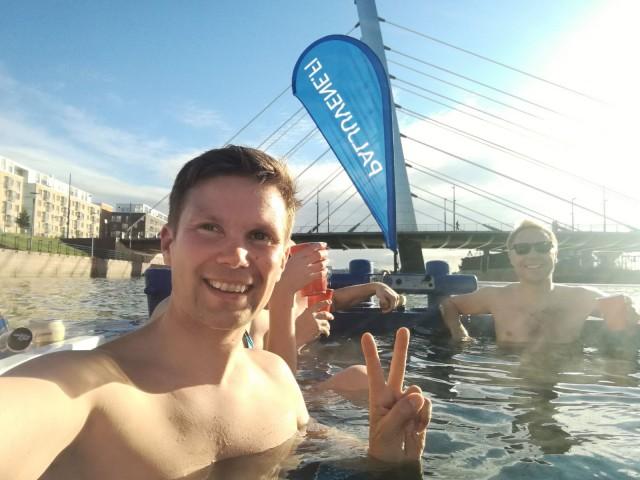 Paljuveneestä voi vaikka pulahtaa meressä uimassa jäähdyttelemässä. Vasemmalla Ilkka Lavas ja oikealla paljuveneen yrittäjä ja kippari Miika Mansikkamaa.