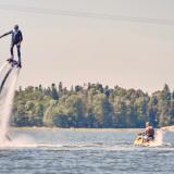 Flyboard lennättää ilmaan vetten päällä