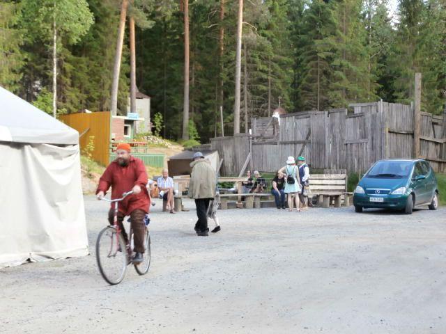 Pentti otti tauolla pyörän ja lähti kai nais... paukuillepas?