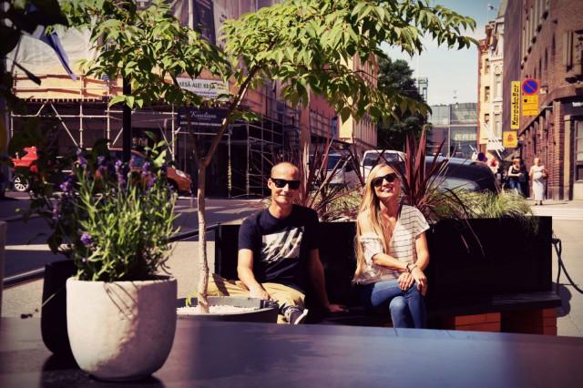 Urban Gardensin Heikki Laukkarinen ja Disa Lindholm toteuttivat Helsingin ensimmäisen parklet-terassin A21-baarin edustalle Annankadulla.