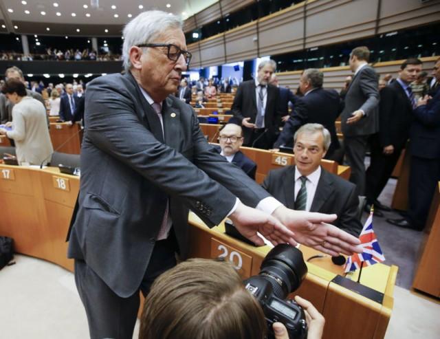 Jean-Clauden Juncker yrittää estää journalistia ottamasta valokuvaa Nigel Faragesta. Käytös sopii ehkä lastentarhaan, mutta ei EU-koneiston vaikutusvaltaisimmalle henkilölle.