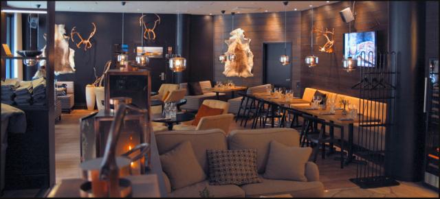 Dabbal ravintola-alue on täynnä upeita tummia värejä sekä sopivasti lappitunnelmaa.