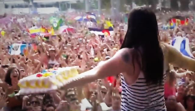 Steve Aoki heittämässä kakkua Ultra Music Festivaleilla.