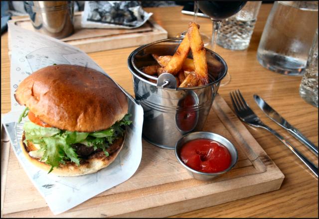 Dabbal burgeri sisältää mm. briossisämpylän, puuhiiligrillissä paistetun häränlihapihvin, savumajoneesia sekä kylmäsavuporoa (pahoittelen, burgerista ei tullut tarpeeksi edustavaa kuvaa)