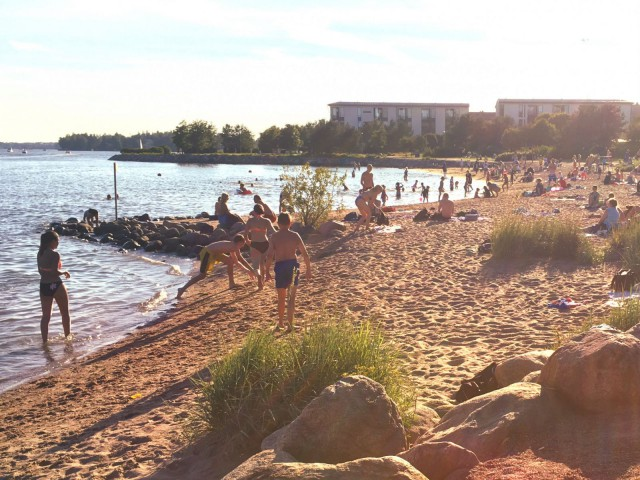 Herttoniemessä Tuorinniemen rannalla on ruuhkaa vielä illallakin.