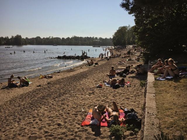 Mustikkamaan ranta on kesällä satoja metrejä kuumaa hiekkaa.
