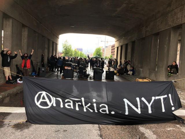 Anarkistinen tapahtuma katkaisi liikenteen Teollisuuskadulla Sturenkadun sillan alla.