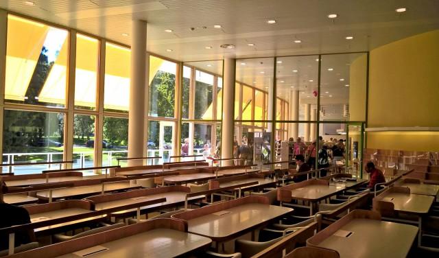 Töölön restauroidussa kirjastossa on yksi Helsingin olohuone