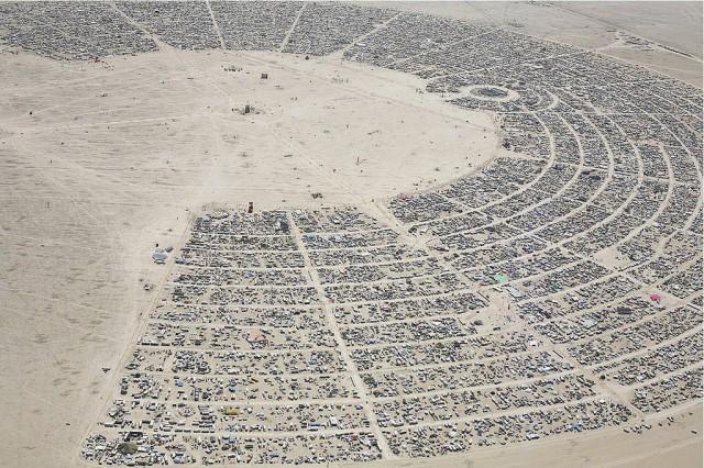 """Burning Manin leirissä on rivit suorissa ja paikoilla on osoitteet """"Wheel of Time"""" -muodostelmassa. Kuva vuodelta 2010."""
