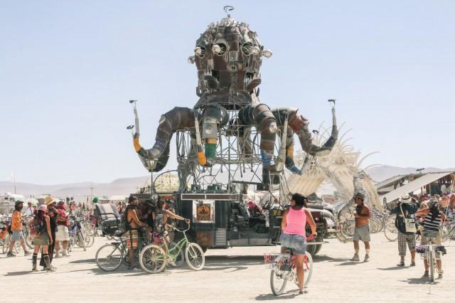 Burning Maniin rakentuu festarin aikana toinen toistaan upeampia taideinstallaatioita.