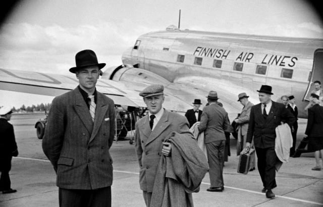 Matkustajat poistumassa koneesta 1947