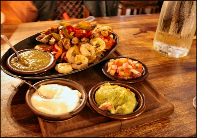 Valinnan vaikeus, joten lautaselle päätyy vähän kaikkea!