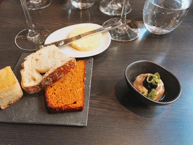 Kokin tervehdyksen kanssa tuli kolmea eri leipää, joista hiivaleipä oli Naturassa paistettua. Lisäksi itsetehtyä voita