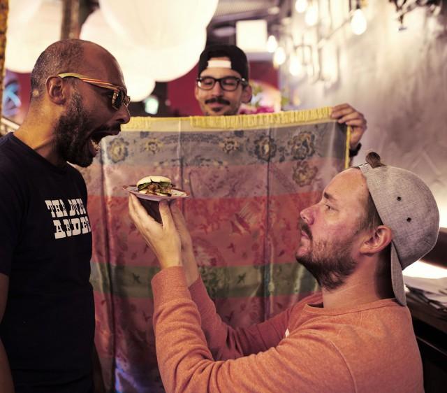 Ravintoloitsijat Lorenzo Dotson-Smith (vas), Manu Torchio (kesk) ja Patrik Lindström haluavat hauskuuttaa ja yllättää.