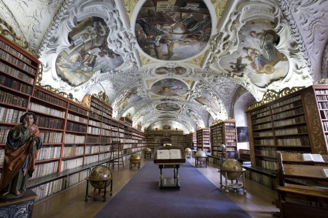 Joka kaupungista löytyy kiinnostavaa historiaa. Kuvassa maalauksia ja kirjasto 1720 -luvulta Prahassa. Kuva CC Jorge Royan