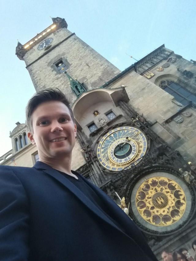 Prahassa astronomisen kellon luona sokkomatkalla