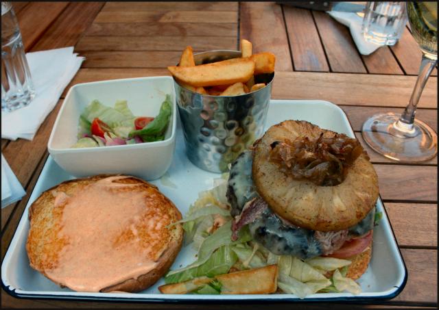 Aussie burger - karamellisoitua sipulia, paistettua ananasta, juustoa sekä savupaprikamajoneesia