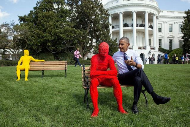Presidentti Obama tutustui pihan taiteeseen ennen vieraiden saapumista.