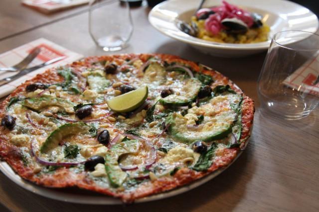 Denniksen Salernon täyttävät avokado, feta, tuore pinaatti, punasipuli, oliivit, lime, pinjasiemenet ja mozzarella.