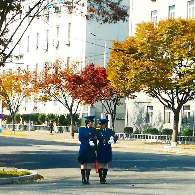 Jäännös ajasta ennen liikennevaloja. Päivällä naisliikennepoliisi. Yöllä miesliikennepoliisit. Pyongyangissa on vielä monta risteystä manuaalisesti valvottuna. Toisaalta, ei täällä ole paljoa autoliikennettäkään.