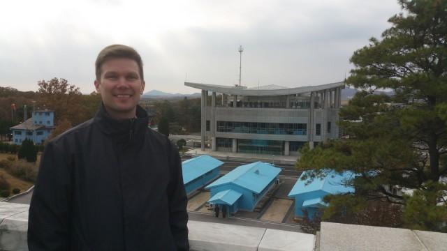 Rajalla. Aseistamattomalla vyöhykkeellä. Toisella puolella Etelä-Korea.