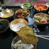 Korealaiset osaavat tehdä vaikka mitä herkkuja. Kuvassa sokerikuorrutettu seesaminlehteä.