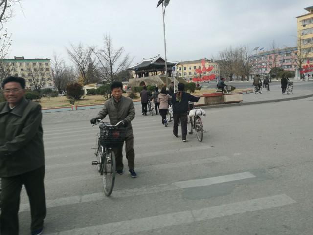Pyörä pitää lain mukaan taluttaa tien yli ja jos ei ole ylityspaikkaa, niin kantaa ali.