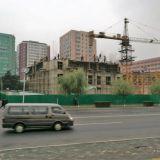 Talot valetaan paikallaan kuten Suomessakin vielä 1950-luvulla. Korealainen laatu ja nopeus näkyy. Rakenustelineetkin on hyvä tehdä käsin.