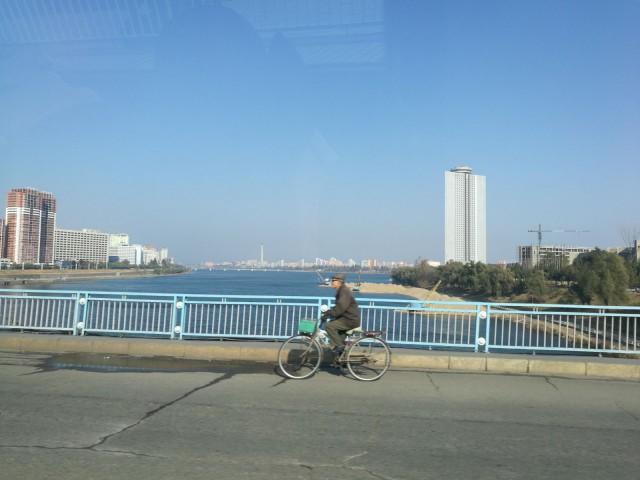 Pyöräilijä. Pohjois-Korea. Pyongyang.