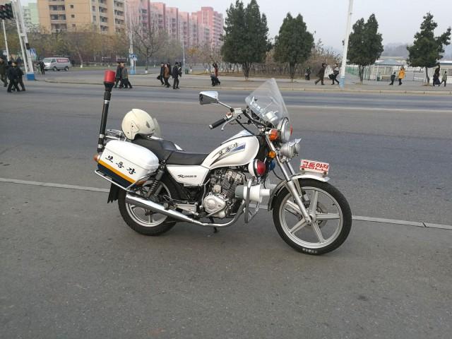 Upouudet moottoripyörät ovat ilmestyneet viime vuosina katukuvaan. Näitä saa kuvata ja siksi ne ovatkin näyttävästi esillä. Kiilloitettuna.