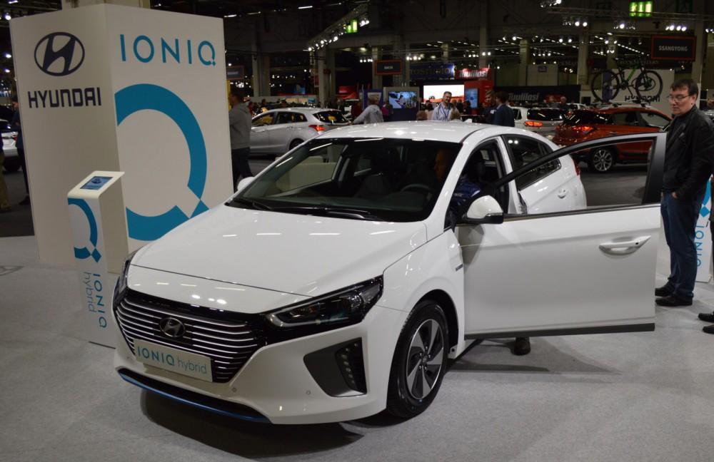 Hyundai Ioniq Hybrid kilpailee Toyota Priuksen asiakkaista.