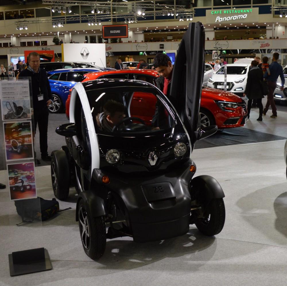 Renault Twizy on erikoisen näköinen kahden hengen sähköauto, jonka voi rekisteröidä myös mopoautoksi.