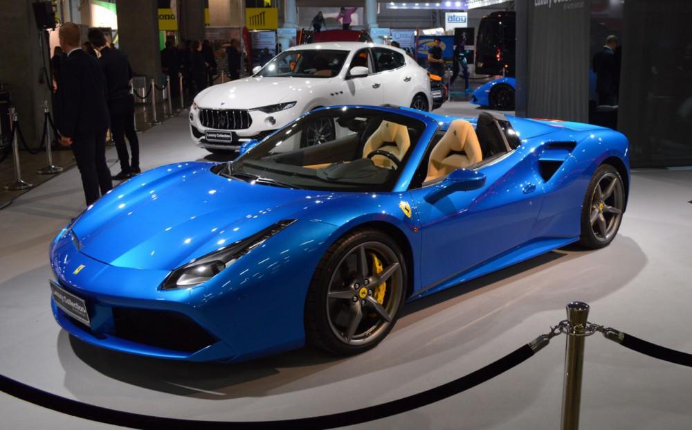 Messujen kallein auto kulkee bensiinillä: Ferrari 488 Spider, hinta 441 600 euroa + toimituskulut, joiden suuruutta ei mainita.