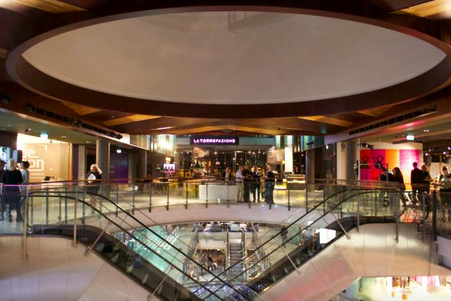 Viidennen kerroksen suurin avoin tila on La Torrefazione -kahvilaa. Vasemmalla kampaamo, kauneushoitola ja joogastudio, oikealla ravintolat.