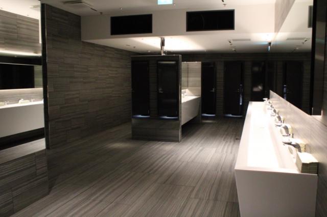 Viidennen kerroksen wc-tilat ovat suuret ja modernit.