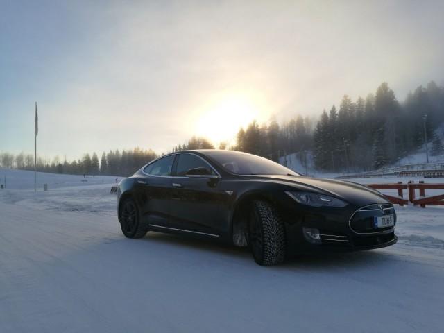 Tesla toimii hyvin myös pakkasella