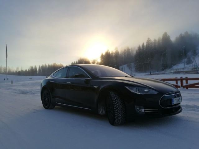 Tesla on kuin elokuvien batmobiili, mutta todellinen. Kauko-ohjaus, robottiohjaus ja törmäyksistä varoittavat toiminnot lisäävät turvallisuutta ja ajomukavuutta huomattavasti.