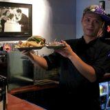 The Bullin vuoropäällikkö Pornchai Manosuk toivottaa uudet asiakkaat tervetulleiksi testaamaan ravintolan tarjontaa.