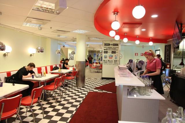 Asiakaspaikkoja ravintolassa on kaikkiaan noin 130 kappaletta.