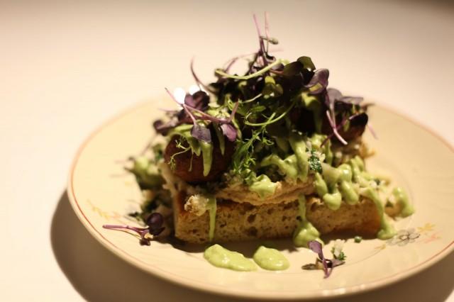 Tiirikkalan falafel-leipä ei jätä kylmäksi. Soijapohjainen majoneesi on ihanan raikasta.
