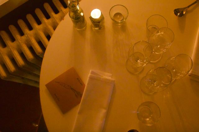 Pöydissä oli illalliskortit, joissa lueteltiin illallisen raaka-aineet ja niiden tuottajat.